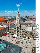 Новая ратуша (Neues Rathaus) и площадь Мариенплац летом с высоты птичьего полета. Мюнхен. Бавария. Германия (2019 год). Редакционное фото, фотограф E. O. / Фотобанк Лори