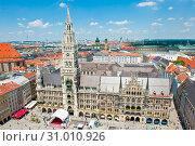 Новая ратуша (Neues Rathaus) и площадь Мариенплац с высоты птичьего полета. Мюнхен. Бавария. Германия (2019 год). Редакционное фото, фотограф E. O. / Фотобанк Лори
