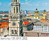 Новая ратуша (Neues Rathaus) и вид на город с высоты птичьего полета. Летний солнечный день. Мюнхен. Бавария. Германия (2019 год). Стоковое фото, фотограф E. O. / Фотобанк Лори