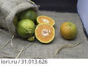 Купить «Green orange in jute bag.», фото № 31013626, снято 28 февраля 2019 г. (c) age Fotostock / Фотобанк Лори