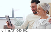 Купить «old mother and adult son with tablet pc at home», видеоролик № 31040102, снято 25 июня 2019 г. (c) Syda Productions / Фотобанк Лори