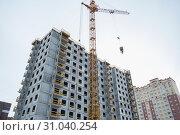 Купить «Строительство нового жилого дома в Электростали», эксклюзивное фото № 31040254, снято 16 апреля 2019 г. (c) Кузин Алексей / Фотобанк Лори