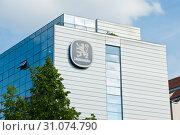 Купить «Лого Löwenbräu на здании. Мюнхен. Бавария. Германия», фото № 31074790, снято 17 июня 2019 г. (c) Екатерина Овсянникова / Фотобанк Лори