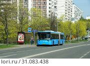 Купить «Городской рейсовый автобус 682 (модель ЛиАЗ-6213.65) на остановке. Город Москва, район Чертаново, улица Кировоградская», эксклюзивное фото № 31083438, снято 1 мая 2019 г. (c) Щеголева Ольга / Фотобанк Лори