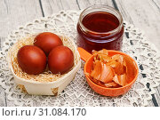 Купить «Крашеные яйца, луковая шелуха и банка с отваром», эксклюзивное фото № 31084170, снято 30 апреля 2019 г. (c) Dmitry29 / Фотобанк Лори