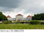 Дворец Нимфенбург (Schloss Nymphenburg). Пасмурный летний день. Мюнхен. Бавария. Германия (2019 год). Редакционное фото, фотограф E. O. / Фотобанк Лори