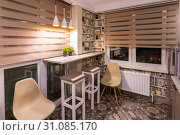 Стилизованный небольшой стол в кухне квартиры (2019 год). Редакционное фото, фотограф Иванов Алексей / Фотобанк Лори