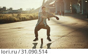 Купить «Young handsome man performing cool freestyle dancing - sunset», видеоролик № 31090514, снято 4 апреля 2020 г. (c) Константин Шишкин / Фотобанк Лори
