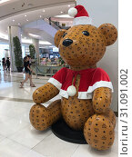 Купить «Huge bear in Santa Claus dress covered with MCM logos in Siam Paragon mall, Bangkok», фото № 31091002, снято 13 декабря 2017 г. (c) Александр Подшивалов / Фотобанк Лори