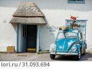 16th century The Castle Inn, Main Road, West Lulworth, Dorset, England, United Kingdom. Стоковое фото, фотограф Andrew Michael / age Fotostock / Фотобанк Лори