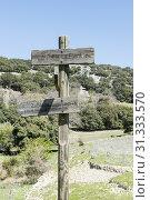Wooden pole with destination Zuheros and fountain la fuentria. Стоковое фото, фотограф YAY Micro / easy Fotostock / Фотобанк Лори