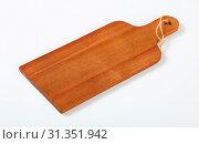 Купить «Wooden cutting board with handle and string on white background», фото № 31351942, снято 30 января 2018 г. (c) easy Fotostock / Фотобанк Лори