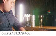 Купить «Young professional bartender beautifully mixes the cocktail in a shaker puts ice and pours it into a glass», видеоролик № 31379466, снято 25 февраля 2020 г. (c) Константин Шишкин / Фотобанк Лори