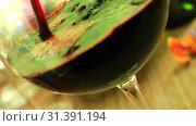 Наливаем красное вино в бокал. Стоковое видео, видеограф Виктор Топорков / Фотобанк Лори