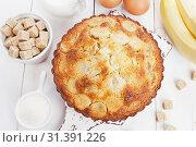 Купить «Кекс с манной крупой и бананами. Вид сверху», фото № 31391226, снято 3 апреля 2019 г. (c) Надежда Мишкова / Фотобанк Лори