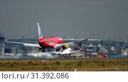 Купить «Boeing 737 TUIFly approaching», видеоролик № 31392086, снято 18 июля 2017 г. (c) Игорь Жоров / Фотобанк Лори