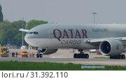 Купить «Qatar Airways Cargo taxiing», видеоролик № 31392110, снято 4 мая 2019 г. (c) Игорь Жоров / Фотобанк Лори