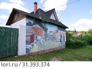 Купить «Боровск, Калужская область. Граффити на стене жилого дома», эксклюзивное фото № 31393374, снято 19 июня 2019 г. (c) Илюхина Наталья / Фотобанк Лори