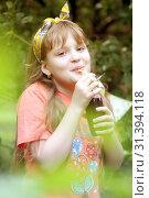 Купить «Девочка пьет сок из трубочки», эксклюзивное фото № 31394118, снято 7 июля 2019 г. (c) Инна Козырина (Трепоухова) / Фотобанк Лори