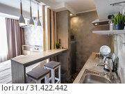 Вид на кухню и барную стойку в небольшом гостиничном номере - студии. Стоковое фото, фотограф Иванов Алексей / Фотобанк Лори