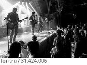 Купить «Die Schweizer Band Lovebugs live in der Schüür Luzern, Schweiz, Europa Adrian Sieber, Vocals Thomas Rechberger, Guitars Stefan Wagner, Keyboards Florian Senn, Bass Simon Ramseier, Drums», фото № 31424006, снято 5 июля 2020 г. (c) age Fotostock / Фотобанк Лори