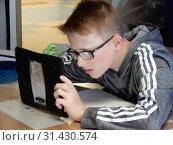 Купить «7th Grade Visually Impaired Boy Using iPad in Class, Wellsville, New York, USA.», фото № 31430574, снято 6 июня 2019 г. (c) age Fotostock / Фотобанк Лори