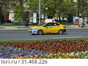 Купить «Желтый автомобиль с шашечками такси. Кутузовский проспект. Район Дорогомилово. Город Москва», эксклюзивное фото № 31468226, снято 10 мая 2015 г. (c) lana1501 / Фотобанк Лори