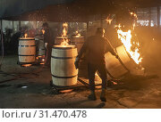 Louisville, Kentucky - Workers at Kelvin Cooperage make oak barrels for aging bourbon and wine. Barrels are charred to add flavor during the aging process. (2019 год). Редакционное фото, фотограф Jim West / age Fotostock / Фотобанк Лори