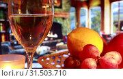 Вечер у камина с бокалом вина и фруктами. Стоковое видео, видеограф Виктор Топорков / Фотобанк Лори