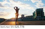 Купить «Young attractive woman in pointe jumps in ballet pas on the streets», видеоролик № 31525778, снято 27 мая 2020 г. (c) Константин Шишкин / Фотобанк Лори