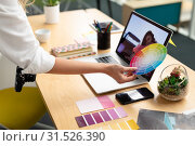 Купить «Female graphic designer holding a color swatch at desk», фото № 31526390, снято 17 марта 2019 г. (c) Wavebreak Media / Фотобанк Лори