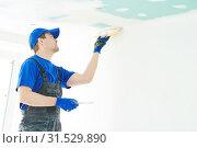 Refurbishment. Plasterer spackling a gypsum plasterboard ceiling with putty. Стоковое фото, фотограф Дмитрий Калиновский / Фотобанк Лори