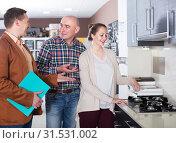 Купить «Male salesman demonstrates the kitchen tabletop», фото № 31531002, снято 4 апреля 2017 г. (c) Яков Филимонов / Фотобанк Лори