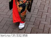 Купить «Крупным планом ноги девушки одетой в традиционную национальную одежду и обувь Японии на городской улице», фото № 31532958, снято 13 июля 2019 г. (c) Николай Винокуров / Фотобанк Лори