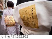 Купить «Девушки в традиционном японском кимоно повзанном оби (широкий японский пояс) идут по центральной улице города», фото № 31532962, снято 13 июля 2019 г. (c) Николай Винокуров / Фотобанк Лори