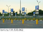 Купить «Автомобильная стоянка для инвалидов у торгового центра», фото № 31533062, снято 1 июля 2019 г. (c) Зобков Георгий / Фотобанк Лори