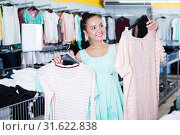 Купить «Girl shopping at the apparel store», фото № 31622838, снято 19 июня 2017 г. (c) Яков Филимонов / Фотобанк Лори