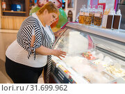 Купить «Fat woman at the fast food restaurant showcase», фото № 31699962, снято 24 мая 2019 г. (c) Tryapitsyn Sergiy / Фотобанк Лори