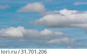 Красивые облака плывут по небу на фоне голубого неба погожим летним днем. Таймлапс. Стоковое видео, видеограф А. А. Пирагис / Фотобанк Лори