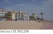 Купить «Panoramic view of Peniscola seafront and sand beach with sunbathing people», видеоролик № 31701218, снято 16 апреля 2019 г. (c) Яков Филимонов / Фотобанк Лори