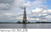Купить «Затопленная колокольня Никольского собора облачным июльским днем. Калязин, Россия», видеоролик № 31701278, снято 13 июля 2019 г. (c) Виктор Карасев / Фотобанк Лори