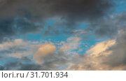 Золотистые облака и темные грозовые тучи плывут по небу на фоне голубого неба. Таймлапс. Стоковое видео, видеограф А. А. Пирагис / Фотобанк Лори