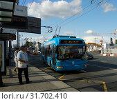 Купить «Троллейбус подъезжает к остановке общественного транспорта», эксклюзивное фото № 31702410, снято 21 июля 2019 г. (c) Ирина Терентьева / Фотобанк Лори
