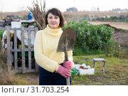 Купить «Girl in a yellow sweater digs beds with a shovel», фото № 31703254, снято 24 августа 2019 г. (c) Яков Филимонов / Фотобанк Лори