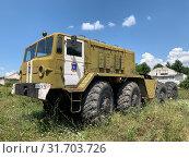 Военный тягач МАЗ-537 Советский тяжелый седельный тягач в части города Симферополь. Стоковое фото, фотограф Кузнецов Максим / Фотобанк Лори