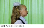 Купить «Schoolgirl yawns on camera. Face profile», видеоролик № 31764854, снято 12 января 2019 г. (c) Aleksandr Sulimov / Фотобанк Лори