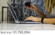 Купить «Girl typing on a laptop and at the same time drinking red wine», видеоролик № 31765054, снято 12 января 2019 г. (c) Aleksandr Sulimov / Фотобанк Лори