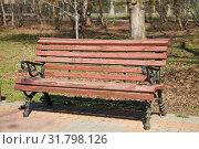 Купить «Старая деревянная скамейка в весеннем парке», фото № 31798126, снято 25 апреля 2019 г. (c) Наталия Шевченко / Фотобанк Лори