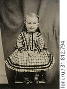 Portrait of a child sitting on a chair in a studio setting (with behind the fabric undoubtedly the mother that her child (quasi-) vassthoudt invisible (hidden mother '), Anonymous, c. 1870 - 1900 (2016 год). Редакционное фото, фотограф Artokoloro / age Fotostock / Фотобанк Лори