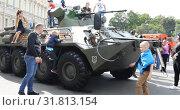 Купить «Children and adults climb armored transporter», видеоролик № 31813154, снято 2 сентября 2018 г. (c) Aleksandr Sulimov / Фотобанк Лори